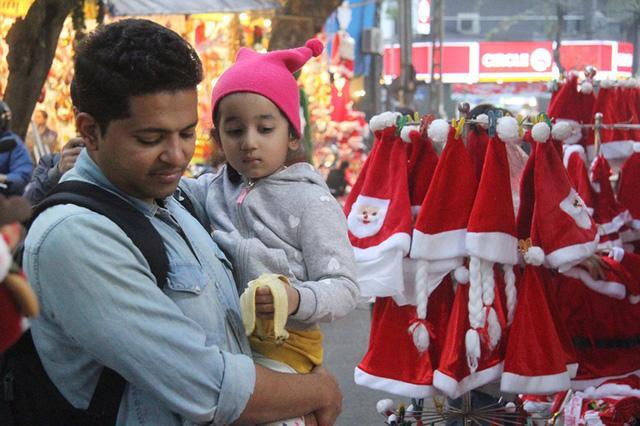 Hà Nội ngập tràn không khí Giáng sinh, giới trẻ đổ xô đến Hàng Mã check-in Ảnh 2