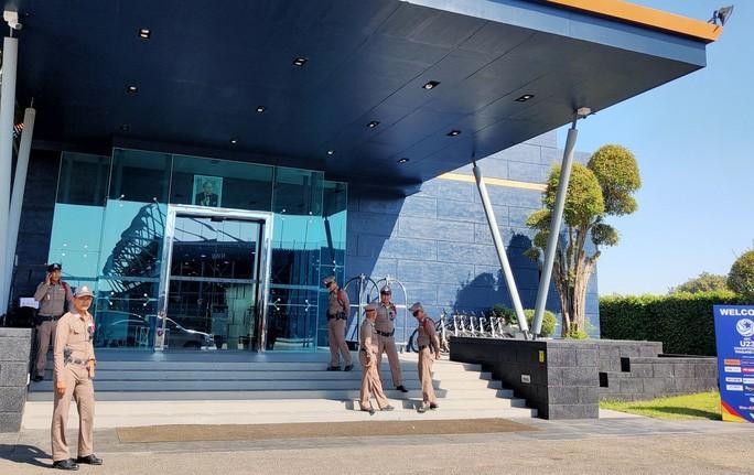 HLV Park Hang-seo nhờ cảnh sát Thái Lan ngăn quay phim, chụp ảnh ở khách sạn Ảnh 6
