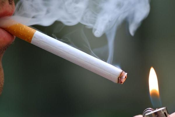 Người đàn ông bị biến dạng khuôn mặt sau 54 năm hút thuốc Ảnh 2