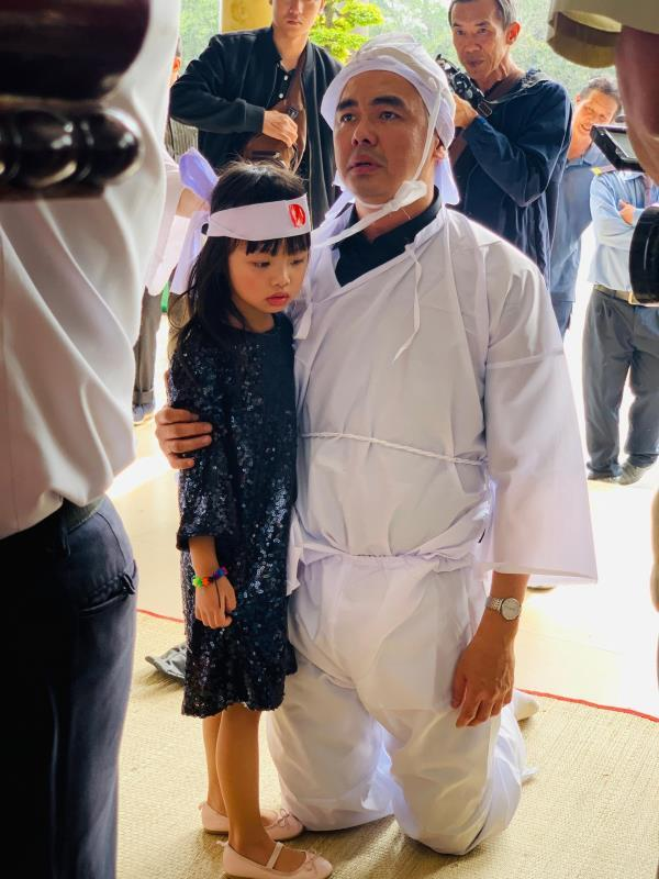 Con trai nghệ sĩ Chánh Tín về đến Việt Nam, òa khóc nức nở trước linh cữu cha Ảnh 3