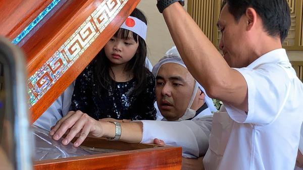 Con trai nghệ sĩ Chánh Tín về đến Việt Nam, òa khóc nức nở trước linh cữu cha Ảnh 7