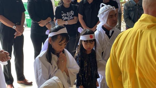 Con trai nghệ sĩ Chánh Tín về đến Việt Nam, òa khóc nức nở trước linh cữu cha Ảnh 4
