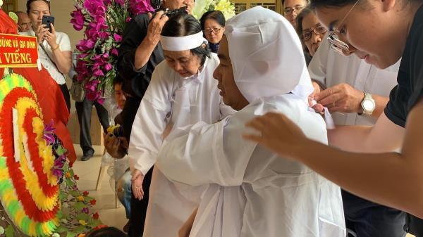 Con trai nghệ sĩ Chánh Tín về đến Việt Nam, òa khóc nức nở trước linh cữu cha Ảnh 1