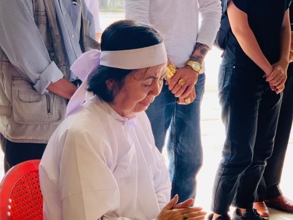 Con trai nghệ sĩ Chánh Tín về đến Việt Nam, òa khóc nức nở trước linh cữu cha Ảnh 6
