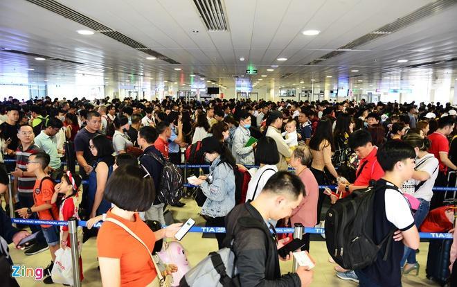 Khách bay nội địa đến Tân Sơn Nhất phải đi bộ qua ga quốc tế đón buýt Ảnh 1