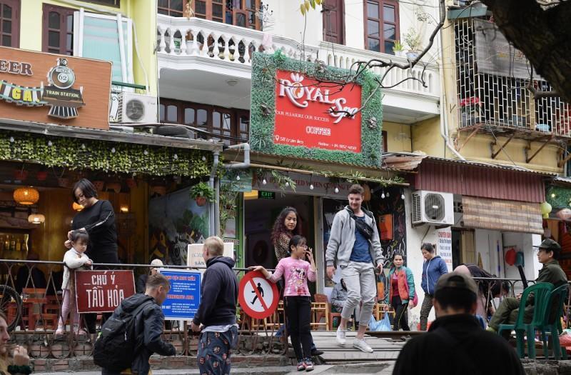 Xóm Cafe đường tàu hoạt động trở lại bất chấp lệnh cấm Ảnh 5