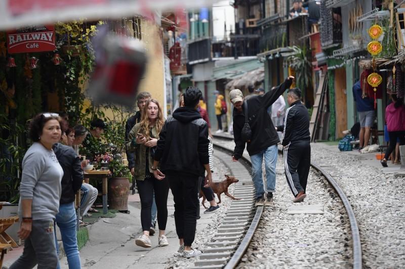Xóm Cafe đường tàu hoạt động trở lại bất chấp lệnh cấm Ảnh 7