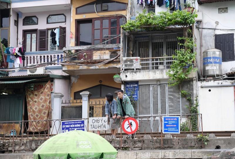 Xóm Cafe đường tàu hoạt động trở lại bất chấp lệnh cấm Ảnh 1
