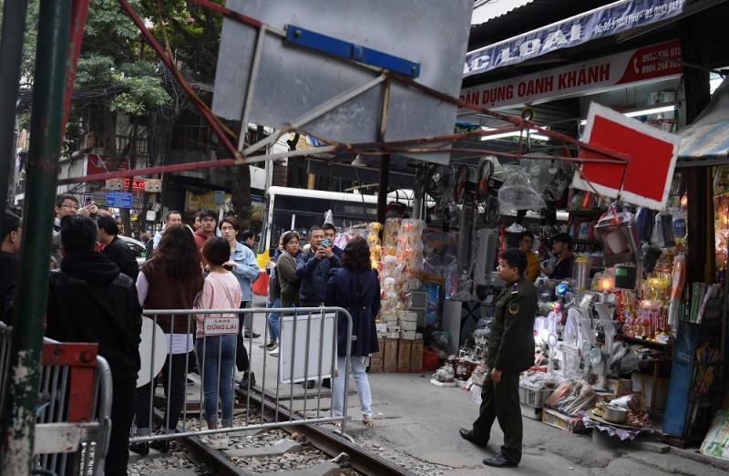 Xóm Cafe đường tàu hoạt động trở lại bất chấp lệnh cấm Ảnh 3