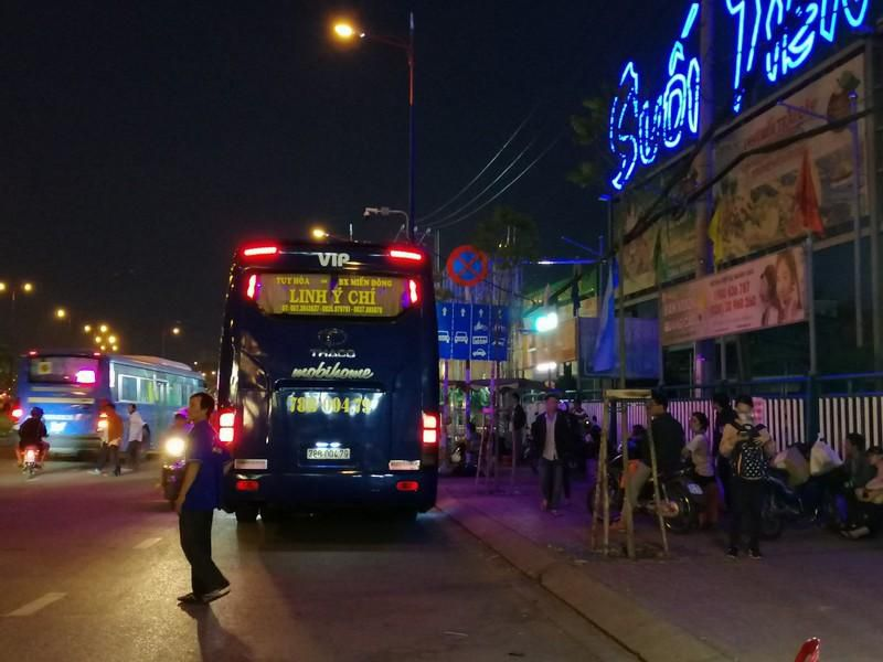 Cận cảnh loạt xe khách ngang nhiên 'vợt khách' dọc đường Ảnh 8