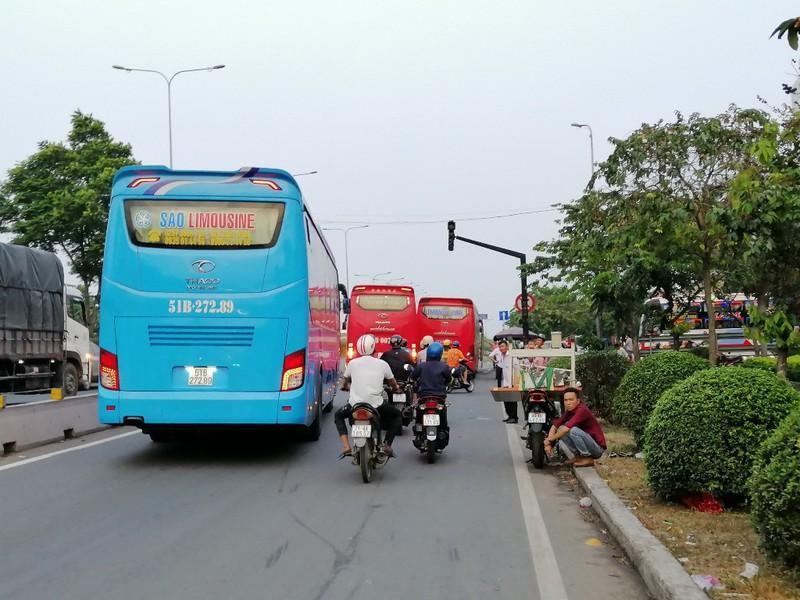 Cận cảnh loạt xe khách ngang nhiên 'vợt khách' dọc đường Ảnh 4