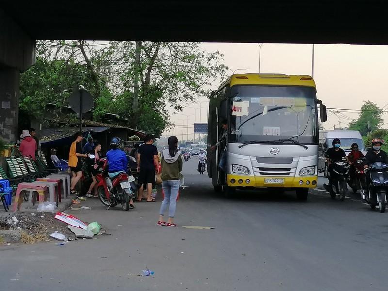 Cận cảnh loạt xe khách ngang nhiên 'vợt khách' dọc đường Ảnh 2