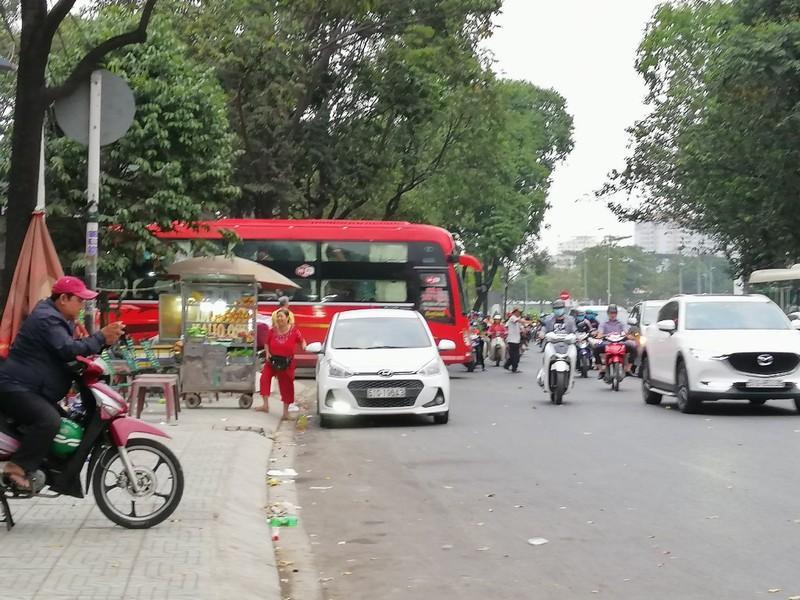 Cận cảnh loạt xe khách ngang nhiên 'vợt khách' dọc đường Ảnh 12