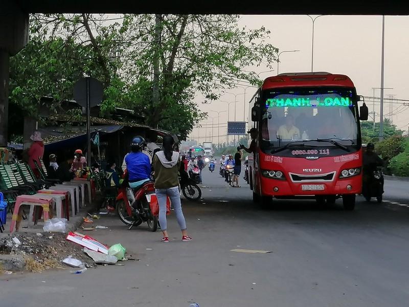 Cận cảnh loạt xe khách ngang nhiên 'vợt khách' dọc đường Ảnh 3