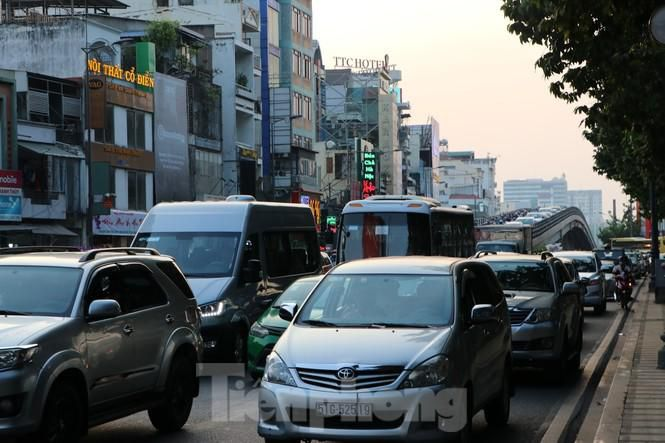 Nghẹt thở qua cửa ngõ sân bay Tân Sơn Nhất những ngày cuối năm Ảnh 6