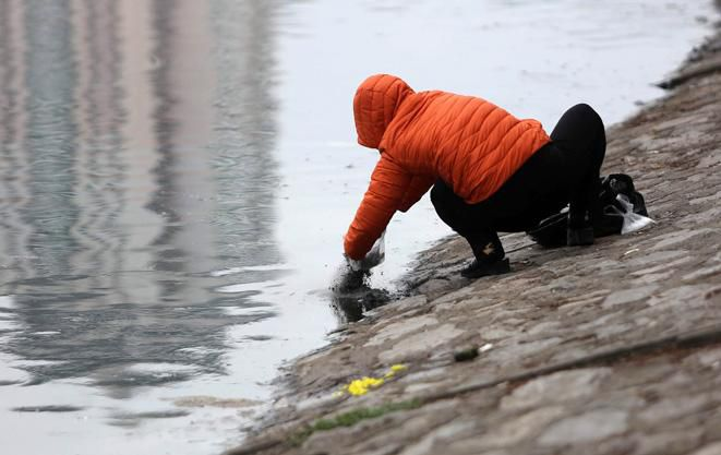 Cá chép ông Công, ông Táo ngắc ngoải vì tro, chân hương bị người dân thiếu ý thức thả xuống hồ Ảnh 3