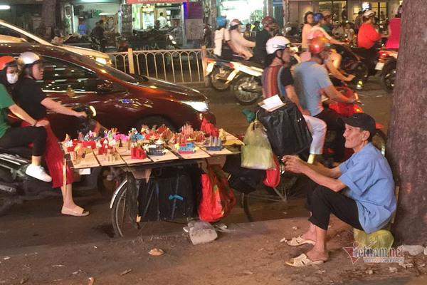 Nỗi buồn của cụ ông bán thiệp Tết trong đêm khuya Sài Gòn Ảnh 3