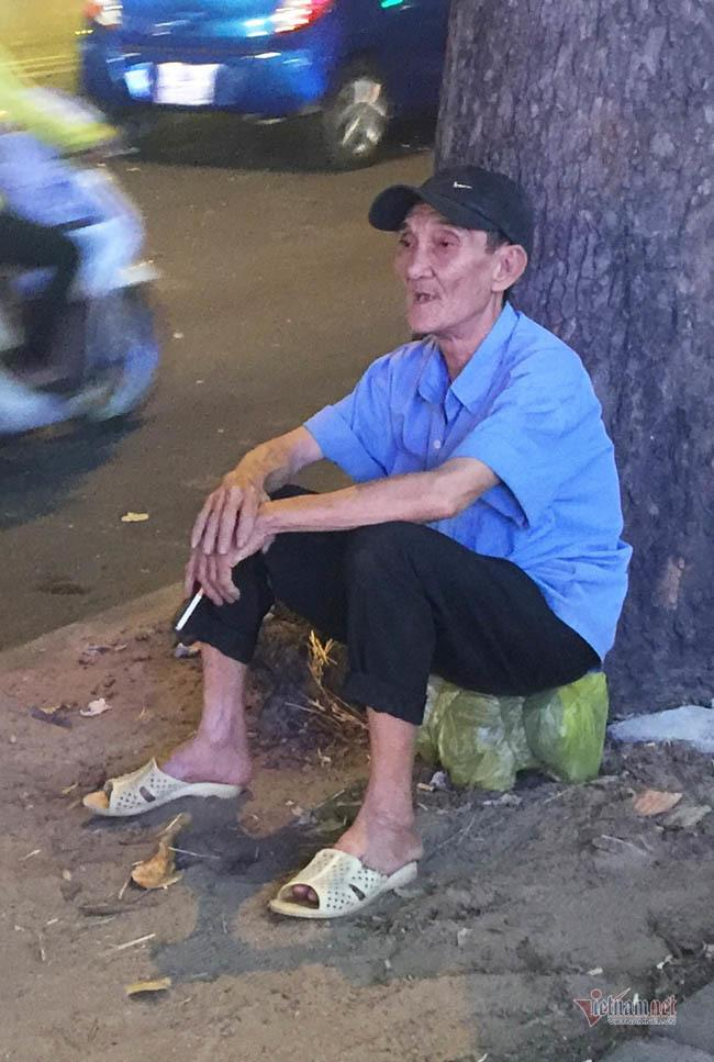 Nỗi buồn của cụ ông bán thiệp Tết trong đêm khuya Sài Gòn Ảnh 4