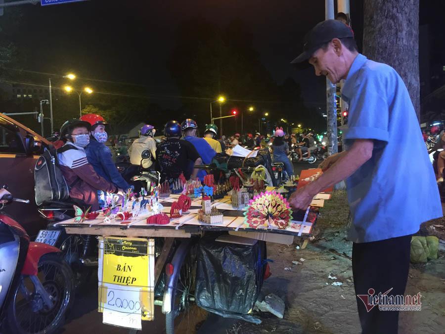 Nỗi buồn của cụ ông bán thiệp Tết trong đêm khuya Sài Gòn Ảnh 2