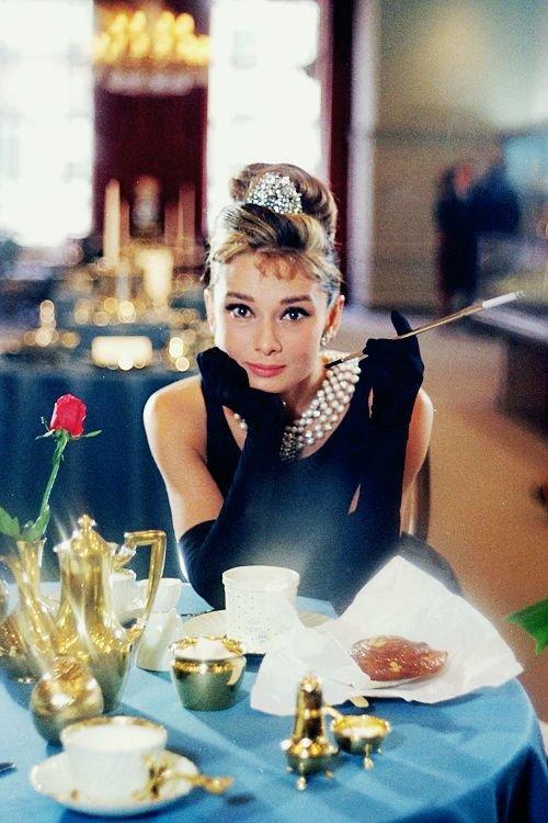 6 khoảnh khắc thời trang vượt thời gian của huyền thoại Audrey Hepburn Ảnh 1