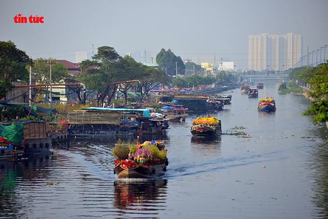 Nhộn nhịp chợ hoa Tết 'trên bến dưới thuyền' đầy sắc màu ở TP Hồ Chí Minh Ảnh 1