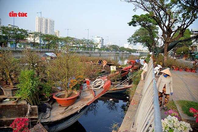 Nhộn nhịp chợ hoa Tết 'trên bến dưới thuyền' đầy sắc màu ở TP Hồ Chí Minh Ảnh 6