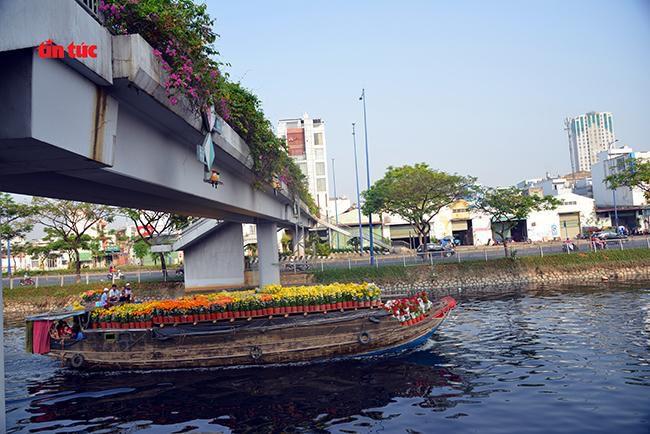 Nhộn nhịp chợ hoa Tết 'trên bến dưới thuyền' đầy sắc màu ở TP Hồ Chí Minh Ảnh 4