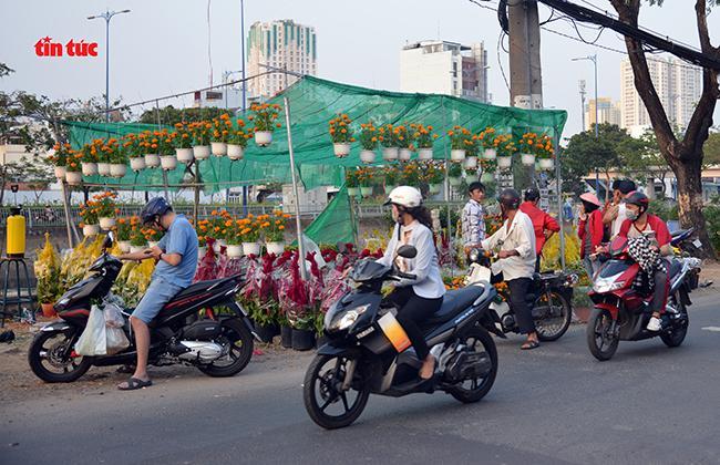 Nhộn nhịp chợ hoa Tết 'trên bến dưới thuyền' đầy sắc màu ở TP Hồ Chí Minh Ảnh 13