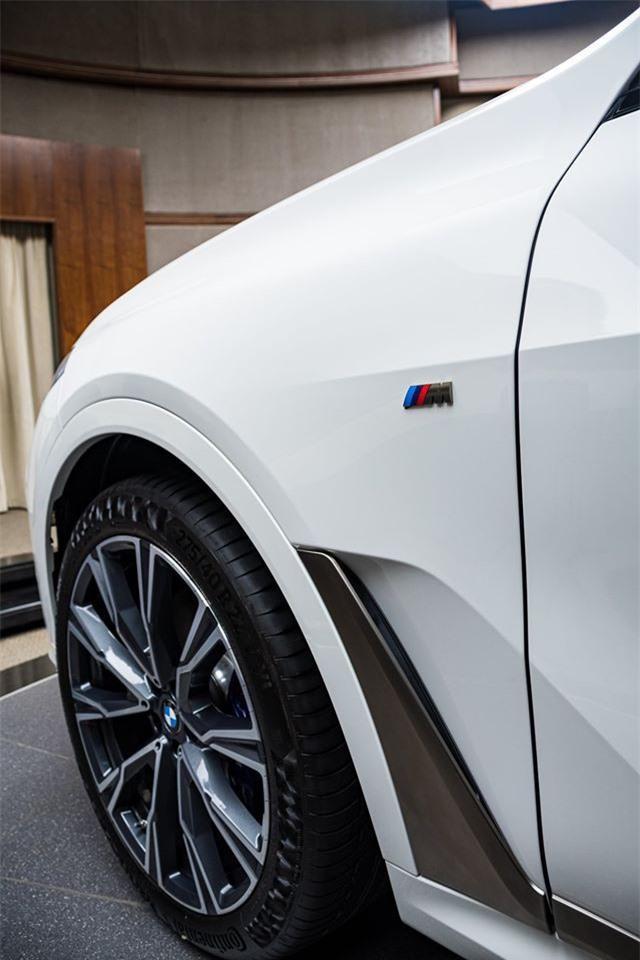 Ảnh chi tiết BMW X7 bản màu sơn trắng Alpine cùng nội thất Tartufo Ảnh 5