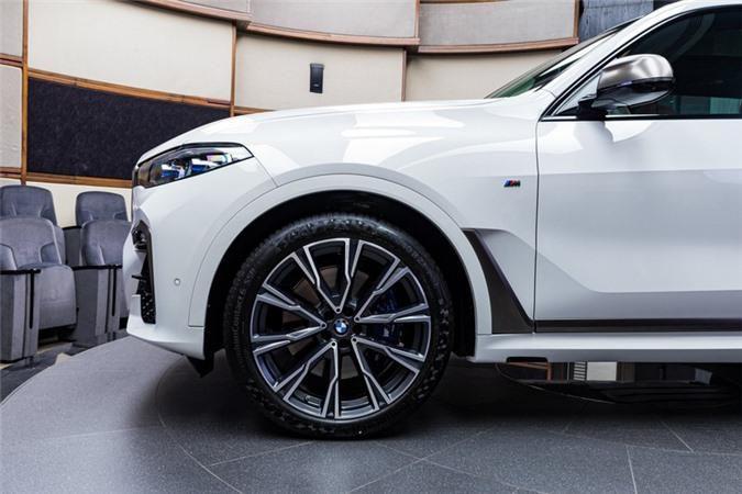 Ảnh chi tiết BMW X7 bản màu sơn trắng Alpine cùng nội thất Tartufo Ảnh 4