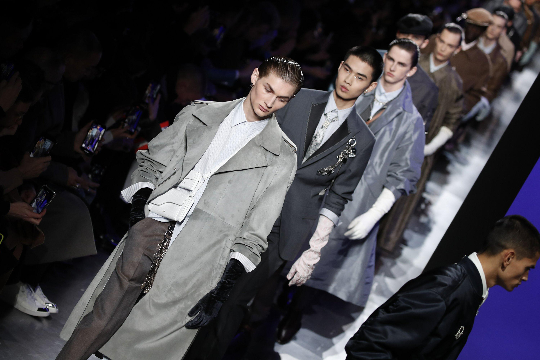 Áo khoác hoa, găng tay dài - Dior nâng thời trang nam lên tầm cao mới Ảnh 1