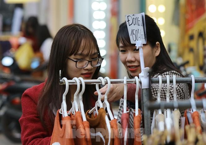 Sinh viên nườm nượp sắm đồ giảm giá cuối năm Ảnh 9