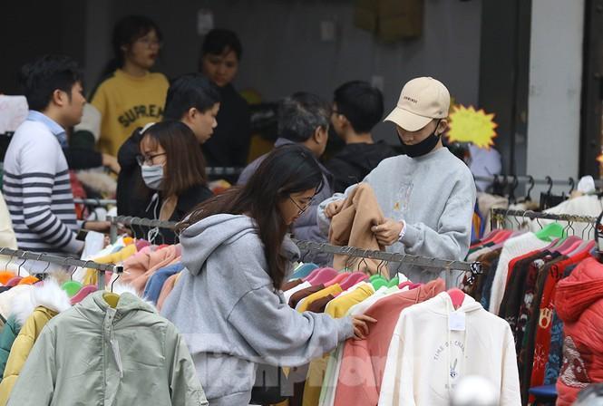 Sinh viên nườm nượp sắm đồ giảm giá cuối năm Ảnh 6