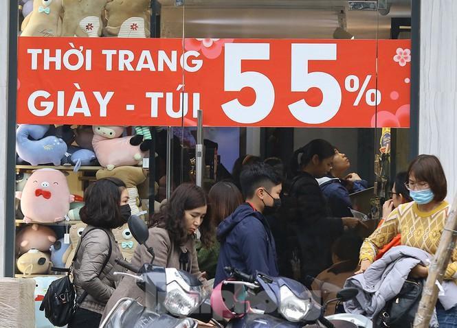 Sinh viên nườm nượp sắm đồ giảm giá cuối năm Ảnh 2