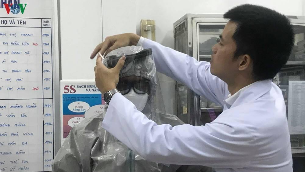 Ghi nhận 2 ca bệnh nhiễm chủng mới của virus Corona, Bộ Y tế họp khẩn Ảnh 1