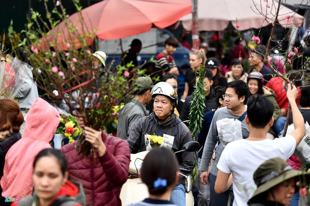 Mua hoa hồng, cúc giá rẻ, nhặt lay ơn bỏ đi ngày 30 Tết Ảnh 2