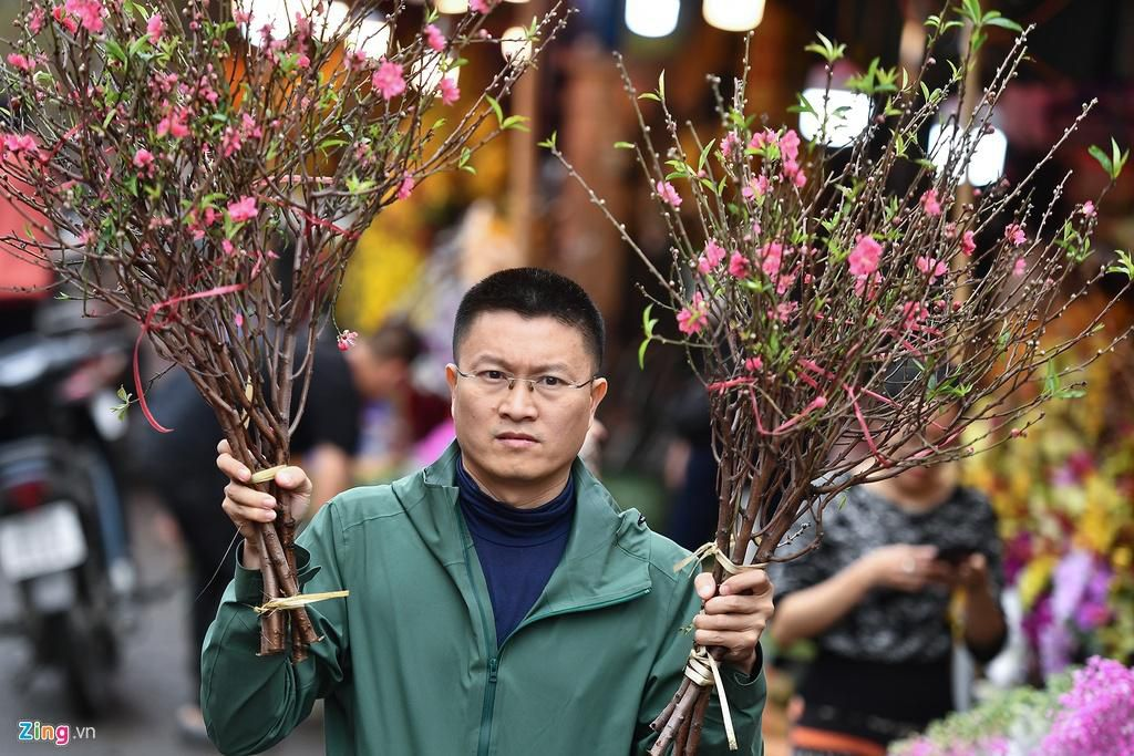 Mua hoa hồng, cúc giá rẻ, nhặt lay ơn bỏ đi ngày 30 Tết Ảnh 6