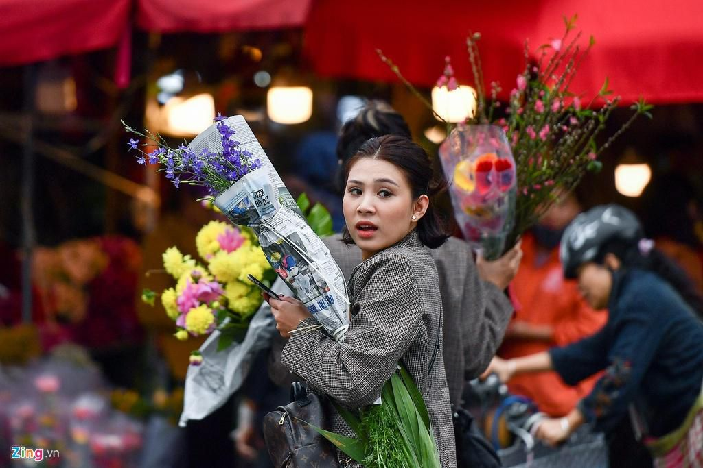 Mua hoa hồng, cúc giá rẻ, nhặt lay ơn bỏ đi ngày 30 Tết Ảnh 3