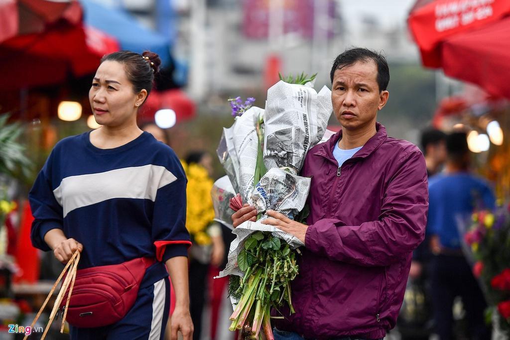 Mua hoa hồng, cúc giá rẻ, nhặt lay ơn bỏ đi ngày 30 Tết Ảnh 4