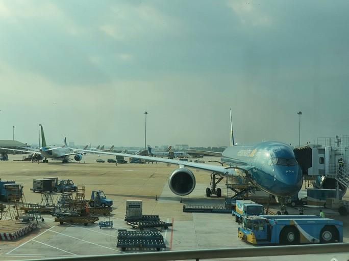 Cả chục máy bay xếp hàng chờ cất cánh ở Tân Sơn Nhất Ảnh 1