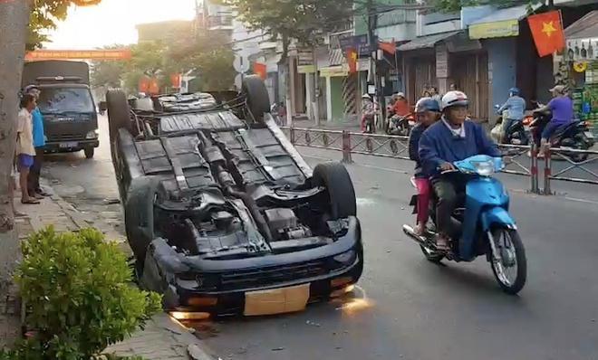 Ôtô lật ngửa trên phố ngày mùng 3 Tết Ảnh 1