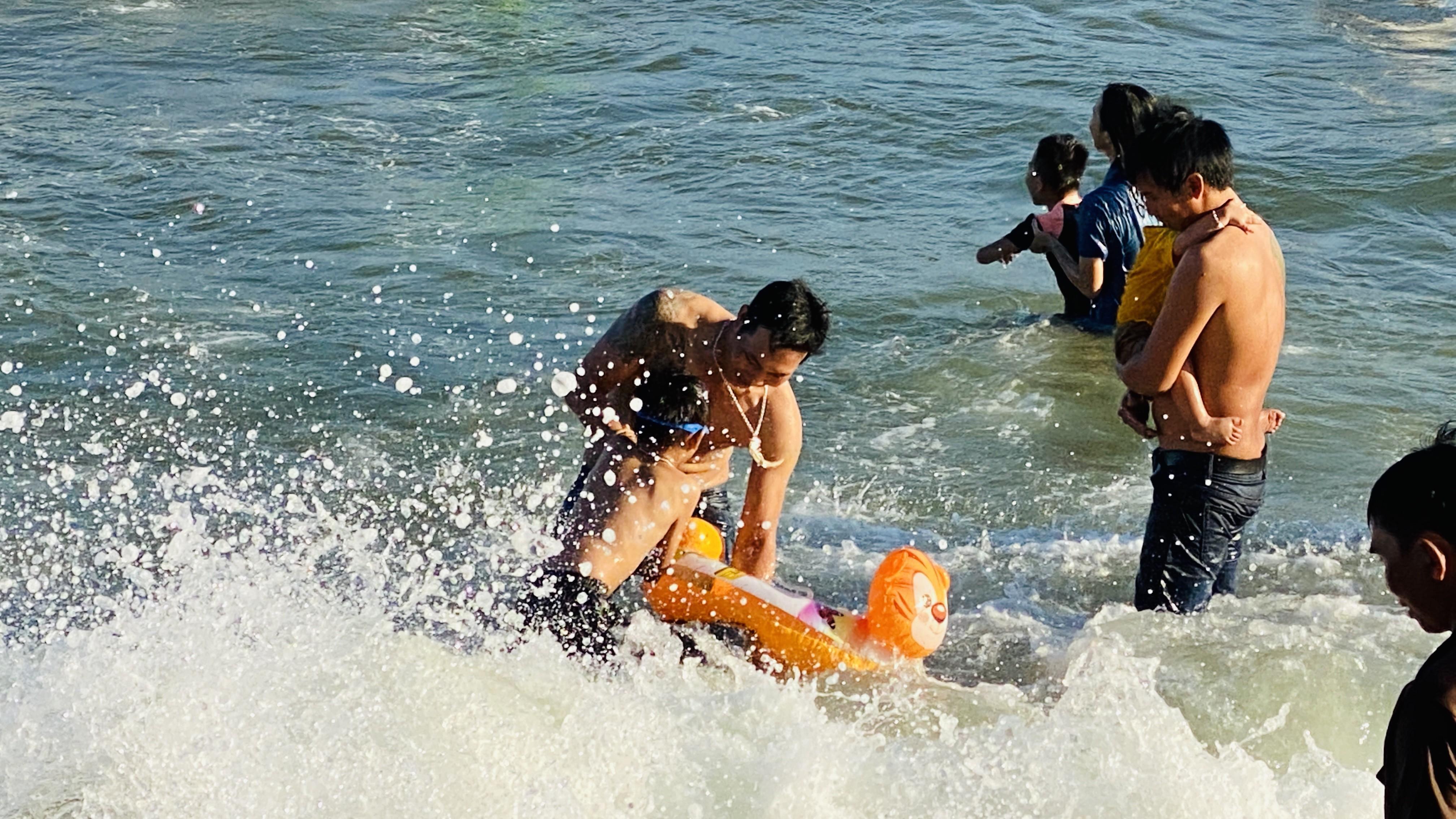 Bãi biển Phan Thiết chật kín người ngày mùng 4 Tết Ảnh 2