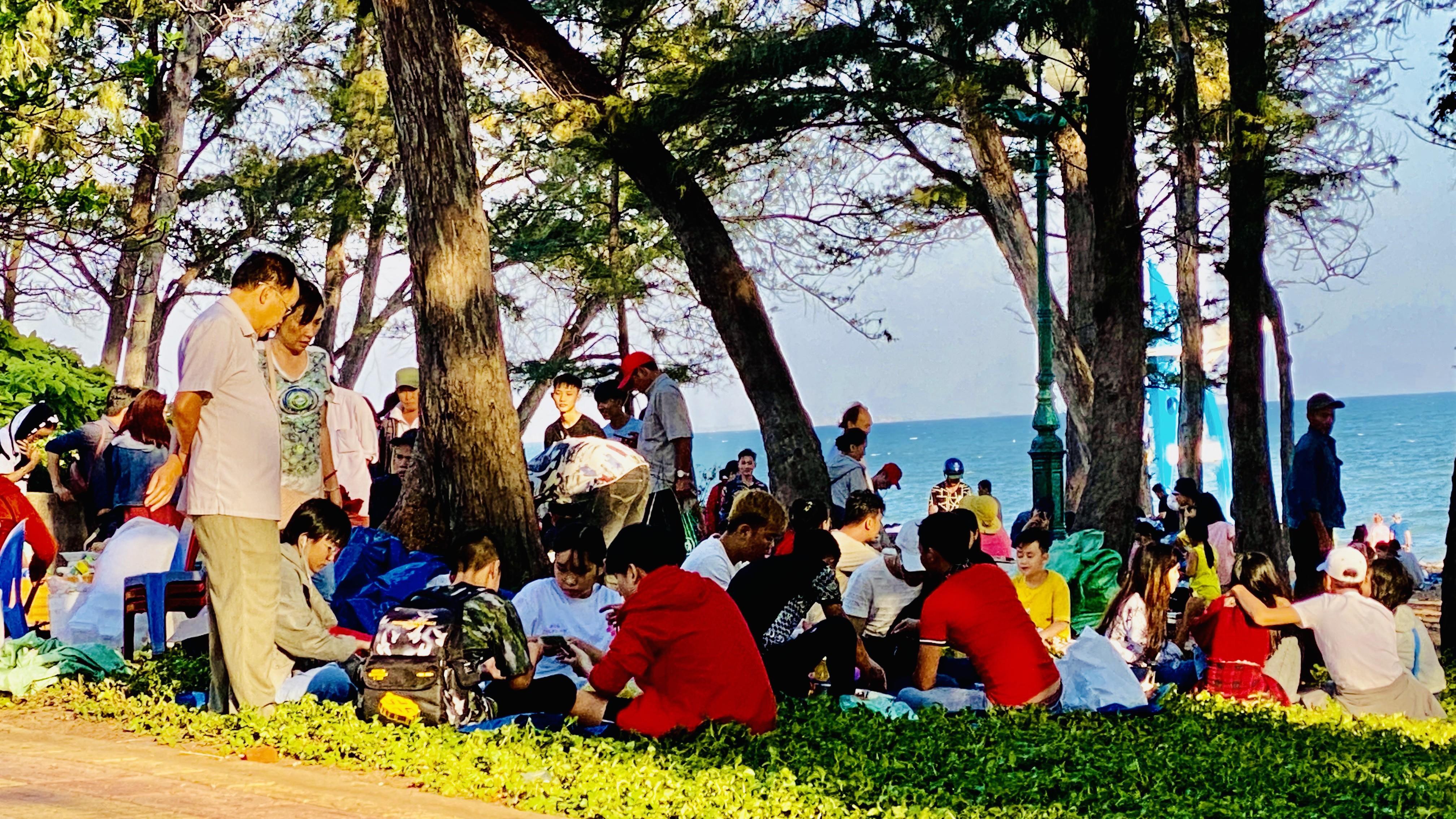 Bãi biển Phan Thiết chật kín người ngày mùng 4 Tết Ảnh 13