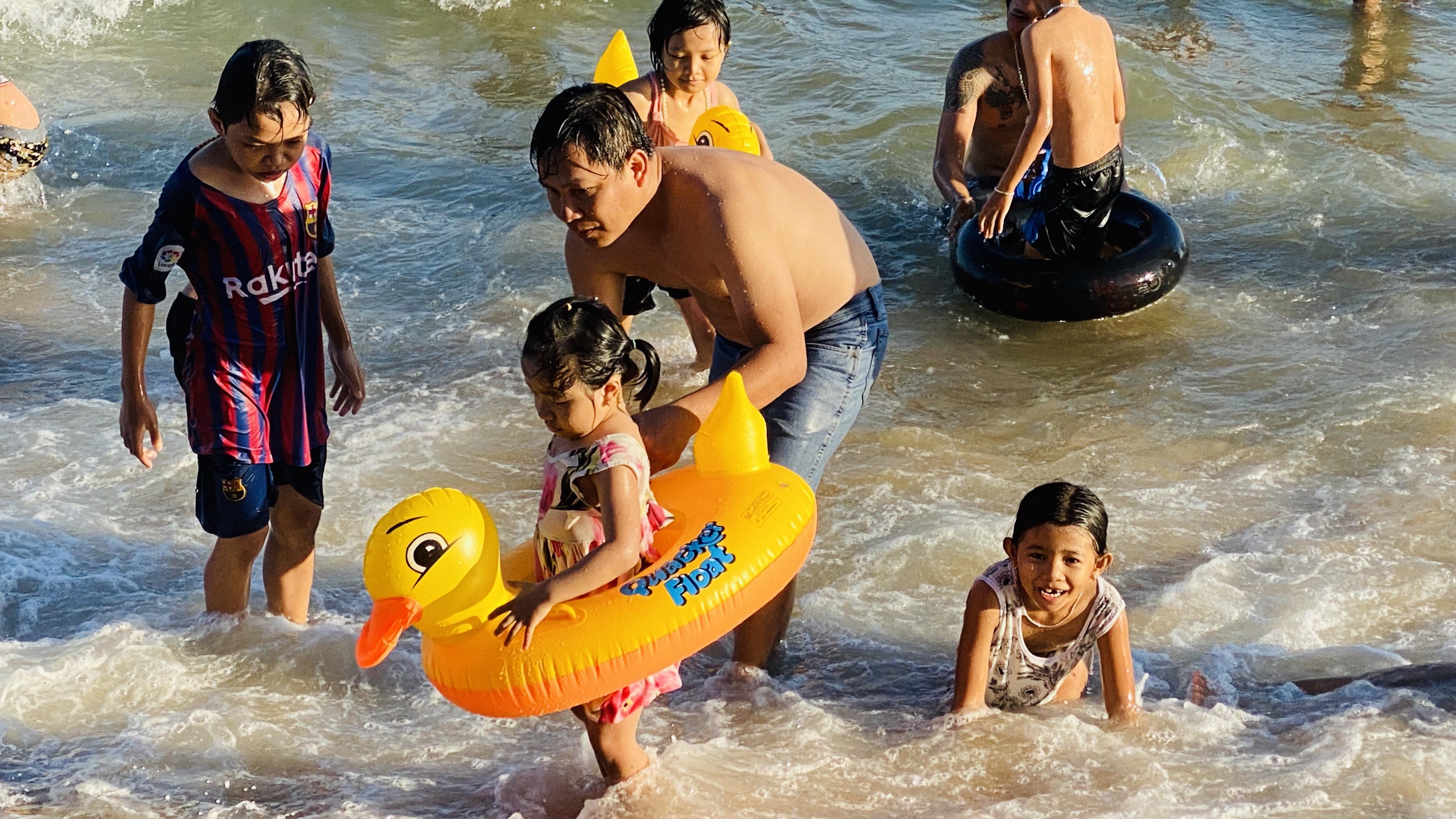 Bãi biển Phan Thiết chật kín người ngày mùng 4 Tết Ảnh 1