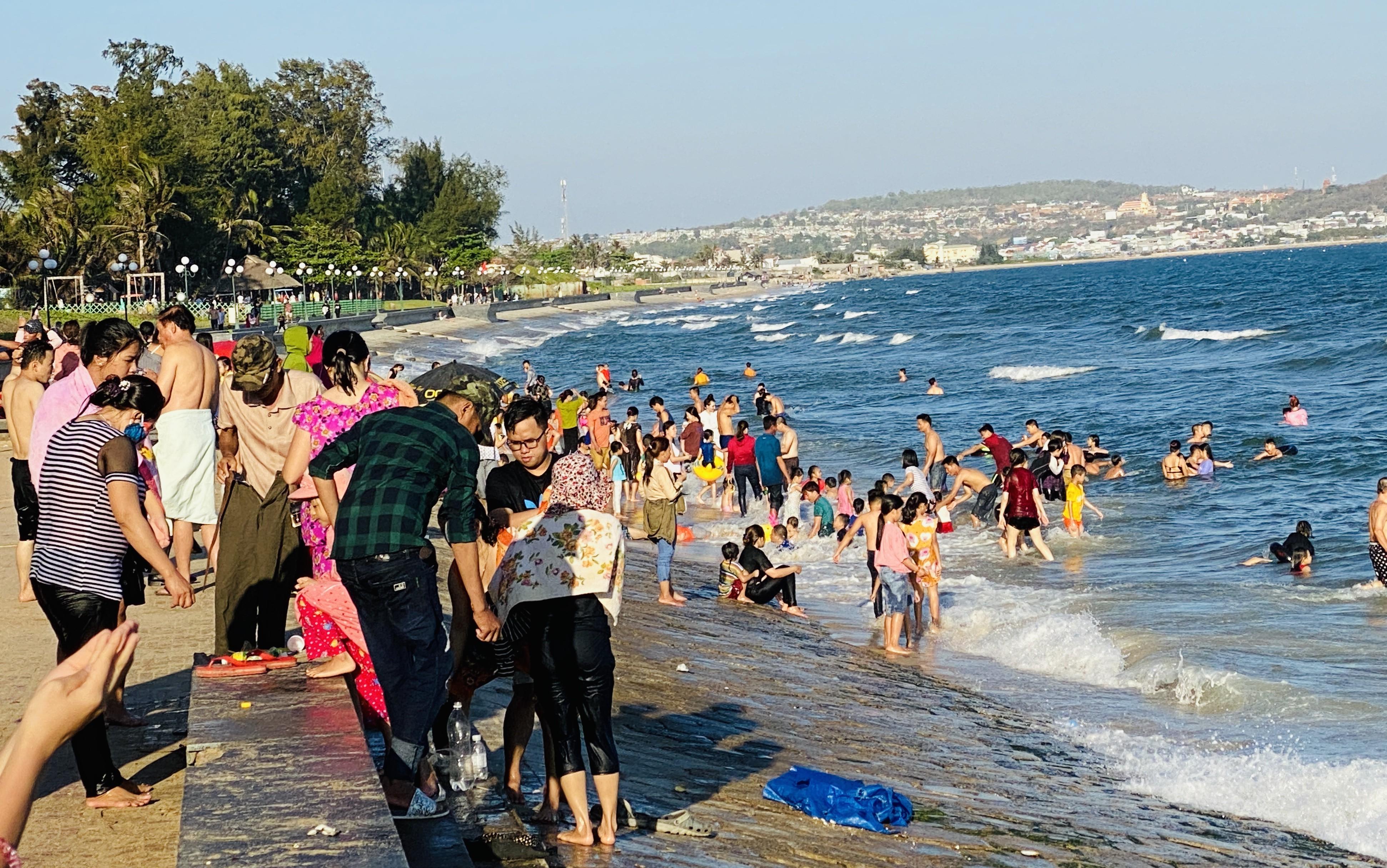 Bãi biển Phan Thiết chật kín người ngày mùng 4 Tết Ảnh 12