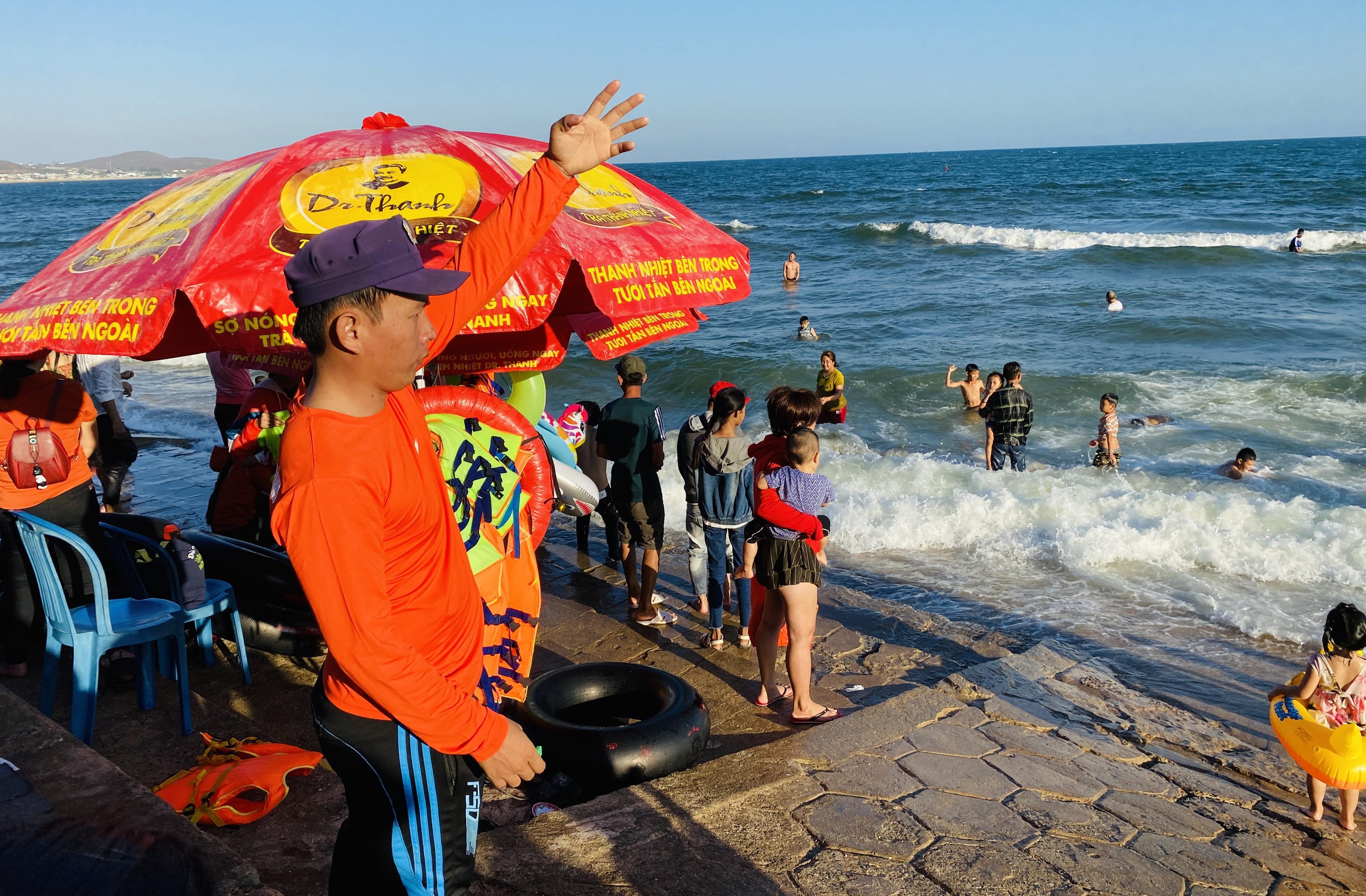 Bãi biển Phan Thiết chật kín người ngày mùng 4 Tết Ảnh 5