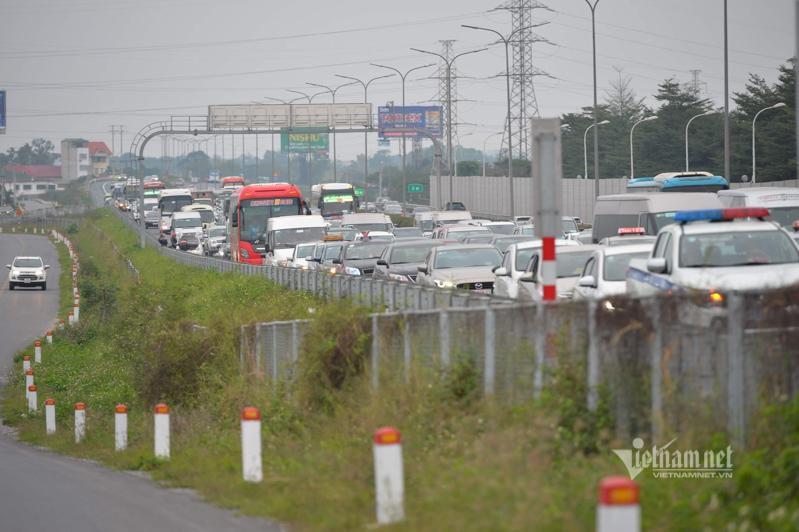 Tắc cao tốc đến nửa đêm, hết Tết đường về Hà Nội không êm như mơ Ảnh 3