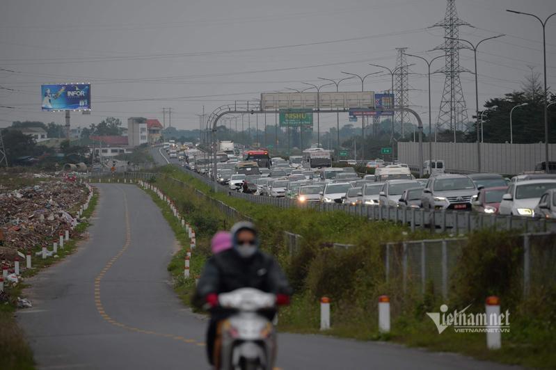 Tắc cao tốc đến nửa đêm, hết Tết đường về Hà Nội không êm như mơ Ảnh 4