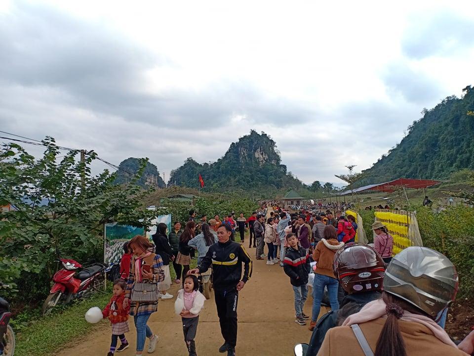 Hàng ngàn người đổ về bình nguyên xanh Khai Trung du xuân Ảnh 1