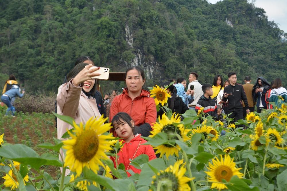 Hàng ngàn người đổ về bình nguyên xanh Khai Trung du xuân Ảnh 9